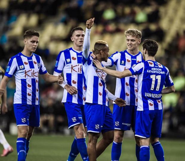 Văn Hậu ngồi ngoài nhìn các đồng đội ở hàng thủ liên tục mắc sai lầm trong trận SC Heerenveen thua đậm - Ảnh 1.