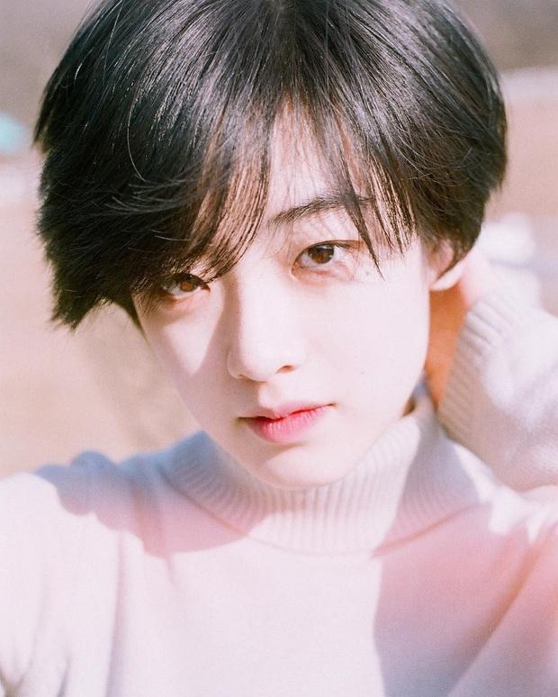 Cô nàng chuyển giới siêu hot của Itaewon Class: Nhan sắc lạ, lột xác nhờ tóc dài và màn hôn môi đồng tính gây sốc - Ảnh 4.