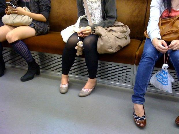 Ngồi vắt chéo chân vừa thoải mái lại quyến rũ nhưng nếu giữ dáng ngồi này trong thời gian dài, hãy coi chừng 3 vấn đề sức khỏe - Ảnh 3.
