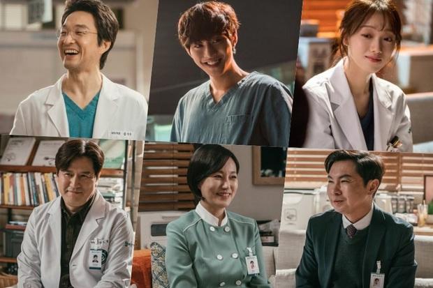 Lee Sung Kyung cười ngất vì được trai đẹp bún bò mơn trớn cổ ở hậu trường hài hước của Người Thầy Y Đức 2? - Ảnh 1.