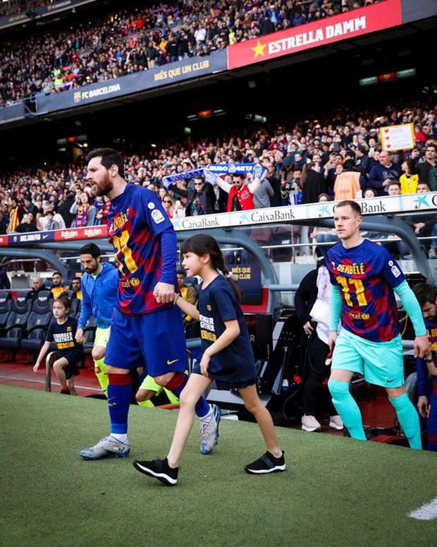 Đàn em đen đủi dính chấn thương toang luôn cả mùa giải, Messi cùng các đồng đội nghĩ ra cách động viên cực kỳ ấm lòng - Ảnh 1.