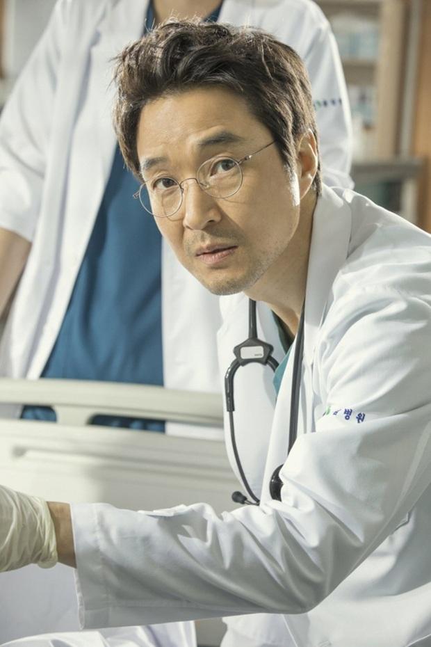 Lee Sung Kyung cười ngất vì được trai đẹp bún bò mơn trớn cổ ở hậu trường hài hước của Người Thầy Y Đức 2? - Ảnh 2.