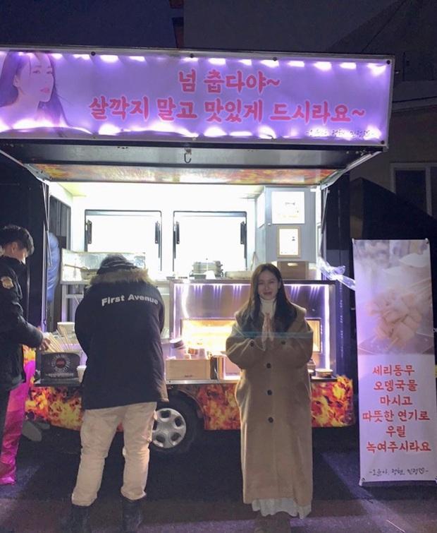 Quá ghen tị với Se Ri (Son Ye Jin) vì suốt thời gian quay Crash Landing On You được tặng đến cả chục xe đồ ăn bởi các nghệ sĩ đình đám Hàn Quốc - Ảnh 15.