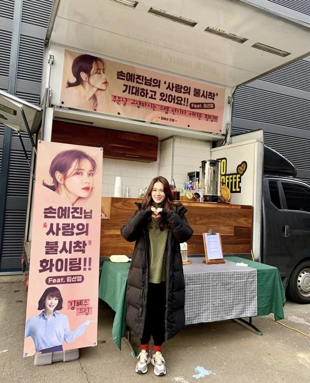 Quá ghen tị với Se Ri (Son Ye Jin) vì suốt thời gian quay Crash Landing On You được tặng đến cả chục xe đồ ăn bởi các nghệ sĩ đình đám Hàn Quốc - Ảnh 14.