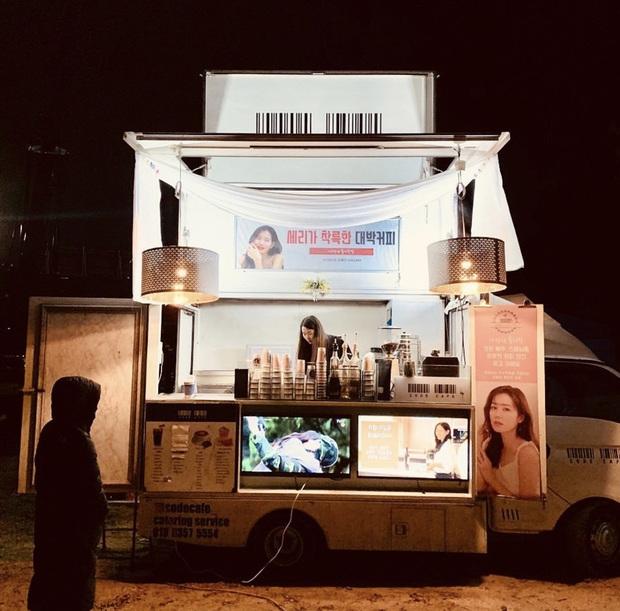 Quá ghen tị với Se Ri (Son Ye Jin) vì suốt thời gian quay Crash Landing On You được tặng đến cả chục xe đồ ăn bởi các nghệ sĩ đình đám Hàn Quốc - Ảnh 5.