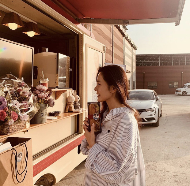 Quá ghen tị với Se Ri (Son Ye Jin) vì suốt thời gian quay Crash Landing On You được tặng đến cả chục xe đồ ăn bởi các nghệ sĩ đình đám Hàn Quốc - Ảnh 2.