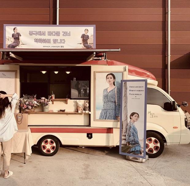 Quá ghen tị với Se Ri (Son Ye Jin) vì suốt thời gian quay Crash Landing On You được tặng đến cả chục xe đồ ăn bởi các nghệ sĩ đình đám Hàn Quốc - Ảnh 1.
