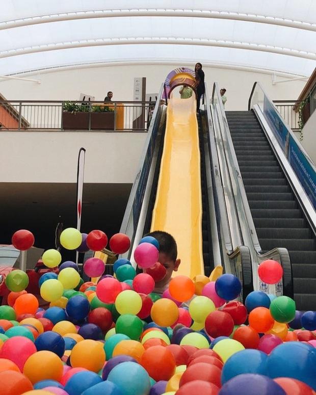 Chán thang cuốn bình thường, trung tâm thương mại Mexico quyết định lắp hẳn… cầu trượt và nhà banh cho khách tha hồ tìm về tuổi thơ - Ảnh 8.