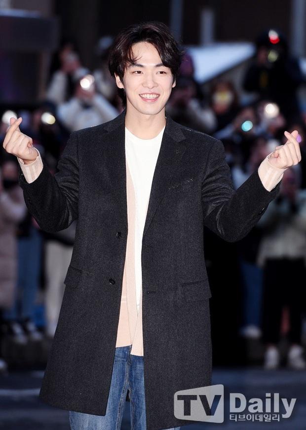 Seo Ye Jin rủ Hyun Bin diện áo đôi, ngầm công khai tình cảm ở tiệc mừng công Crash Landing On You? - Ảnh 5.