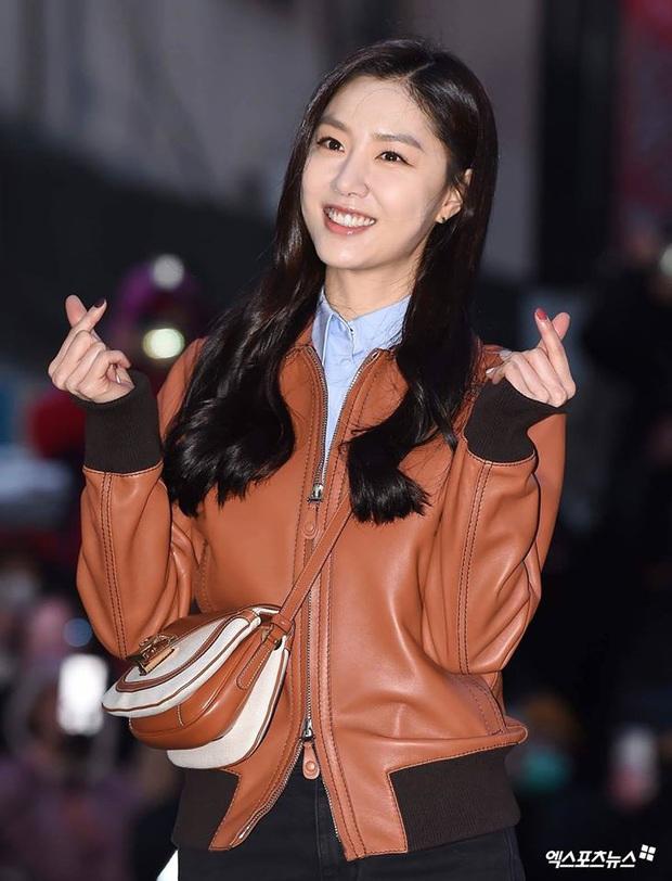 Seo Ye Jin rủ Hyun Bin diện áo đôi, ngầm công khai tình cảm ở tiệc mừng công Crash Landing On You? - Ảnh 6.