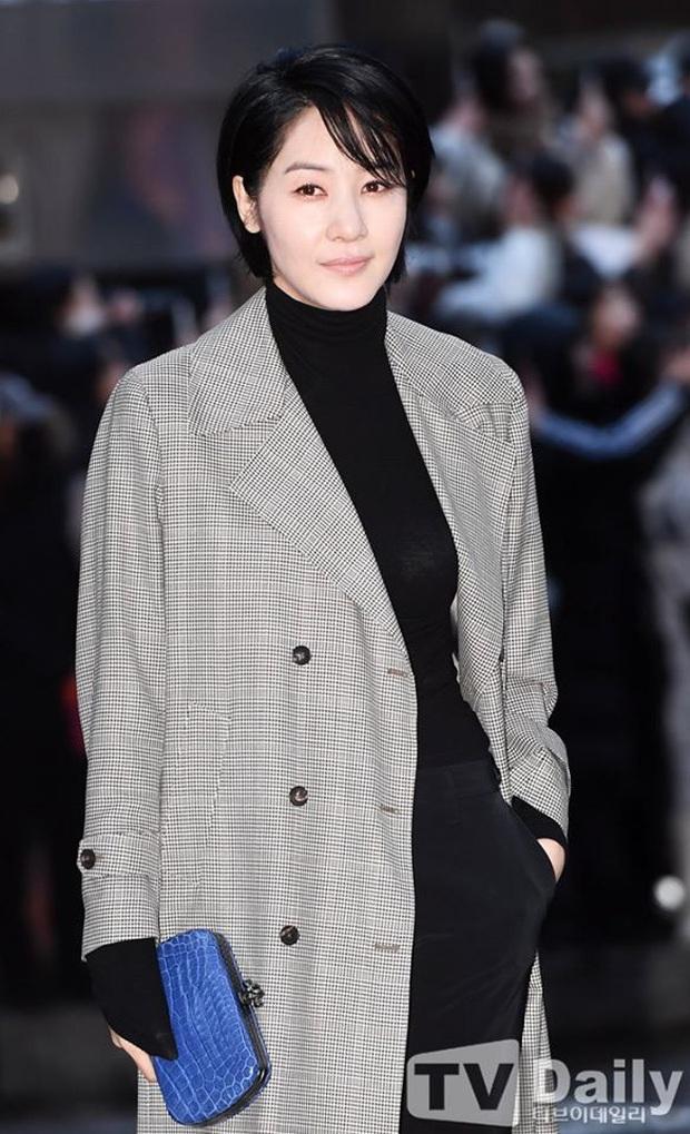 Seo Ye Jin rủ Hyun Bin diện áo đôi, ngầm công khai tình cảm ở tiệc mừng công Crash Landing On You? - Ảnh 12.