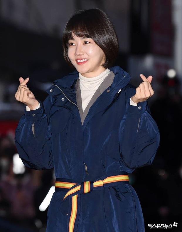 Seo Ye Jin rủ Hyun Bin diện áo đôi, ngầm công khai tình cảm ở tiệc mừng công Crash Landing On You? - Ảnh 18.