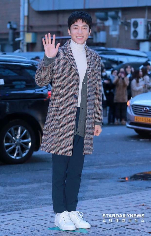 Seo Ye Jin rủ Hyun Bin diện áo đôi, ngầm công khai tình cảm ở tiệc mừng công Crash Landing On You? - Ảnh 10.