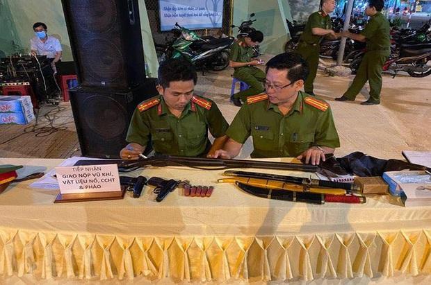 Người dân giao nộp 2 khẩu súng K59 cho công an Đồng Nai - Ảnh 1.