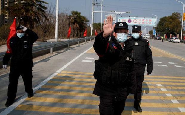 Hồ Bắc ra nghiêm lệnh chưa từng có: Phong tỏa các khu dân cư 24/24, mua thuốc phải khai báo nhân thân - Ảnh 1.