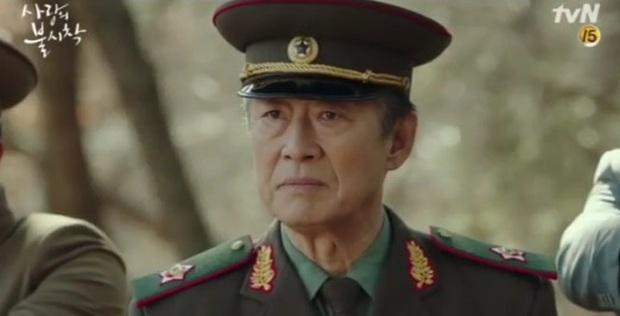 Bố của Hyun Bin hot nhất Crash Landing on You tập cuối vì quá ngầu, chị em nô nức hỏi nhau: Bác có định đẻ thêm con trai không ạ? - Ảnh 1.