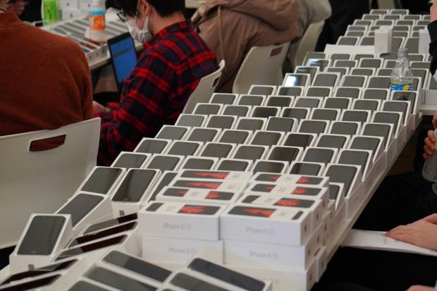 200 hành khách bị cách ly do virus Covid-19, Nhật Bản ra tay phát 2000 iPhone miễn phí để trợ giúp - Ảnh 2.