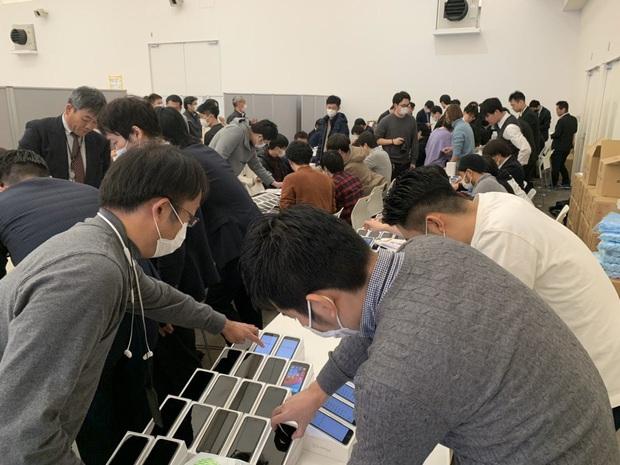 200 hành khách bị cách ly do virus Covid-19, Nhật Bản ra tay phát 2000 iPhone miễn phí để trợ giúp - Ảnh 3.