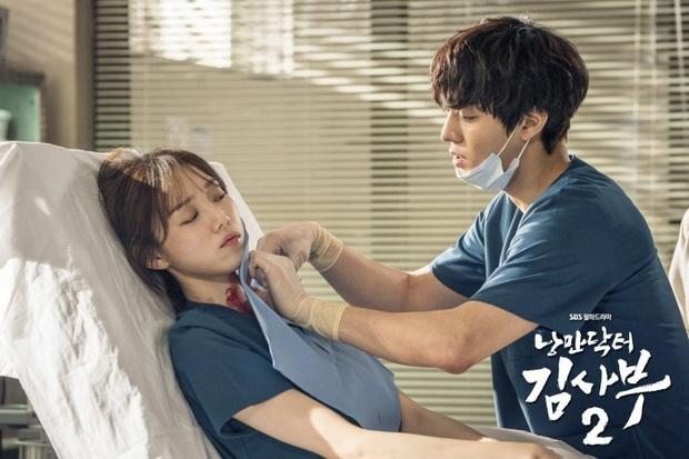 Lee Sung Kyung cười ngất vì được trai đẹp bún bò mơn trớn cổ ở hậu trường hài hước của Người Thầy Y Đức 2? - Ảnh 4.