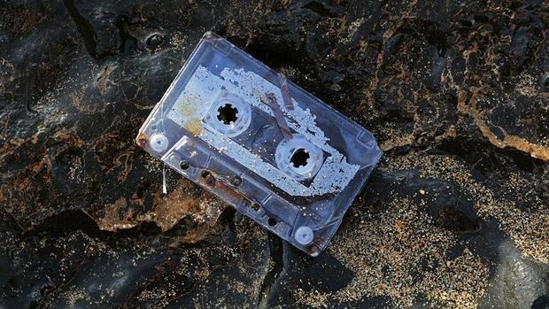 Người phụ nữ tình cờ phát hiện cuộn băng mình đánh rơi xuống biển cách đây 25 năm tại một triển lãm và vẫn chạy nhạc ngon lành - Ảnh 1.