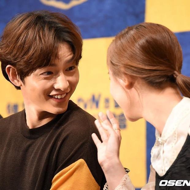 Sao đã kết hôn đứng cạnh đồng nghiệp khác giới: Lee Byung Hun tránh Suzy như tránh tà, Dương Mịch thả thính dàn trai đẹp - Ảnh 26.