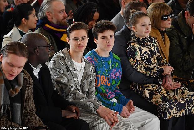 Gia đình Beckham chiếm spotlight tại show thời trang của Vic: Brooklyn vắng mặt, 2 quý tử Romeo và Cruz ngày càng bảnh - Ảnh 2.