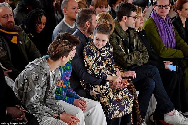 Gia đình Beckham chiếm spotlight tại show thời trang của Vic: Brooklyn vắng mặt, 2 quý tử Romeo và Cruz ngày càng bảnh - Ảnh 8.