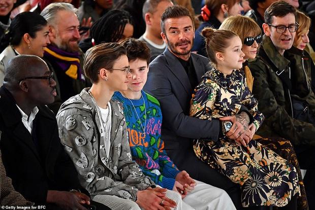 Gia đình Beckham chiếm spotlight tại show thời trang của Vic: Brooklyn vắng mặt, 2 quý tử Romeo và Cruz ngày càng bảnh - Ảnh 7.