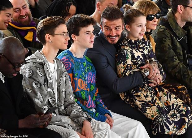 Gia đình Beckham chiếm spotlight tại show thời trang của Vic: Brooklyn vắng mặt, 2 quý tử Romeo và Cruz ngày càng bảnh - Ảnh 1.