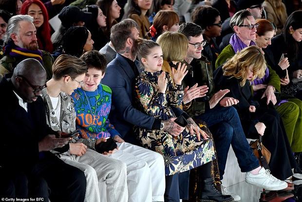 Gia đình Beckham chiếm spotlight tại show thời trang của Vic: Brooklyn vắng mặt, 2 quý tử Romeo và Cruz ngày càng bảnh - Ảnh 5.