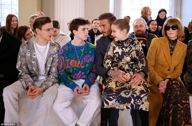 Gia đình Beckham chiếm spotlight tại show thời trang của Vic: Brooklyn vắng mặt, 2 quý tử Romeo và Cruz ngày càng bảnh - Ảnh 3.