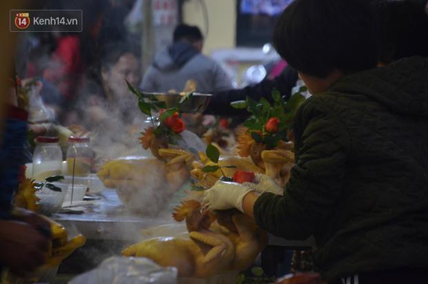 Chùm ảnh: Nửa triệu đồng bộ gà luộc xôi gấc, người Hà Nội chen chúc từ sáng sớm chờ mua cúng ông Công ông Táo - Ảnh 4.