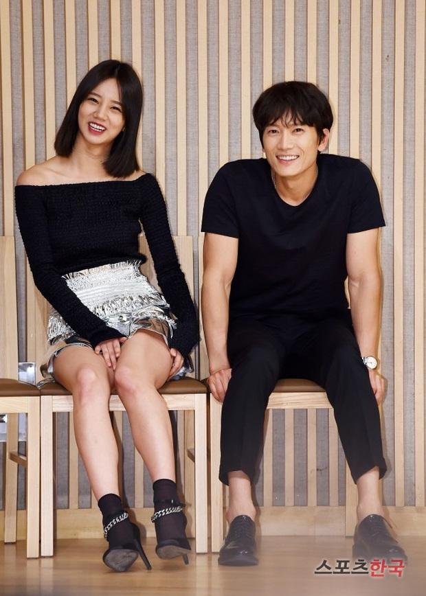 Sao đã kết hôn đứng cạnh đồng nghiệp khác giới: Lee Byung Hun tránh Suzy như tránh tà, Dương Mịch thả thính dàn trai đẹp - Ảnh 6.