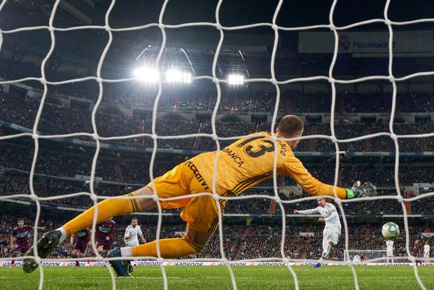 Bản hợp đồng bom tấn thế chỗ Ronaldo trở lại, Real Madrid vẫn mất điểm cay đắng và bị đại kình địch Barcelona áp sát - Ảnh 6.