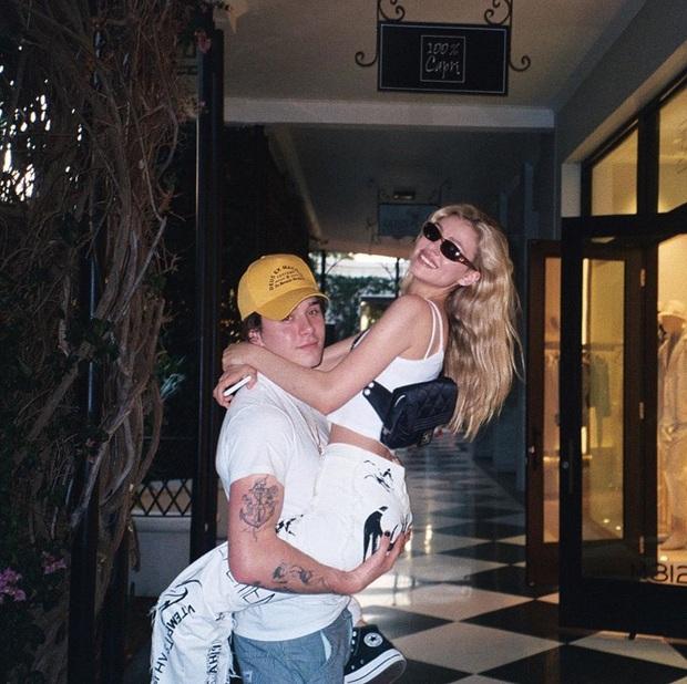 Khi tin đồn sắp đính hôn đang rần rần, cậu cả nhà Beckham bắt ngờ đăng bài viết cực kỳ hại não, bạn gái thì bình luận ngắn gọn: Em yêu anh - Ảnh 2.