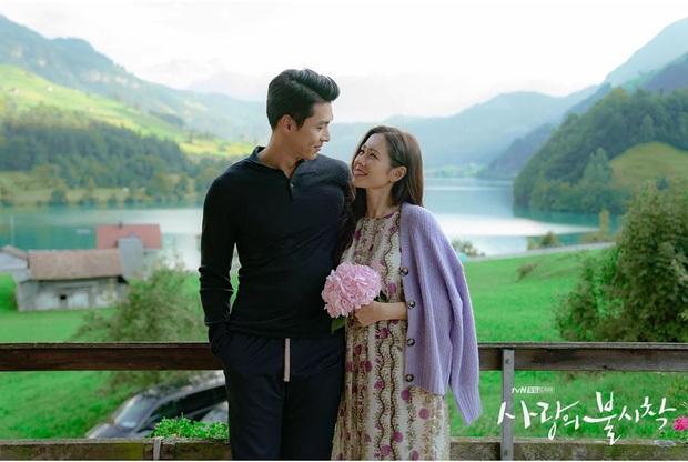 Nhìn qua thì đẹp, soi kỹ là chỉ muốn quỳ vì bộ ảnh của Hyun Bin - Son Ye Jin: Dây quần và lọ hoa, sao mà thấy tức á! - Ảnh 2.