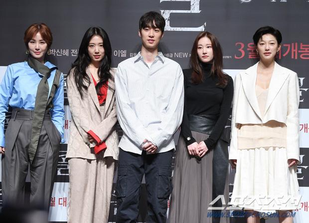 Park Shin Hye mở họp báo rình rang giới thiệu phim mới nhưng ai nấy ráo riết cầu link anh đạo diễn đẹp trai, ủa? - Ảnh 4.