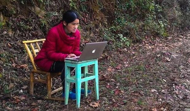 Bị mắc kẹt trên núi vì dịch Covid-19, cô giáo thiết kế lớp học trực tuyến đơn sơ khiến ai nấy đều khâm phục - Ảnh 1.