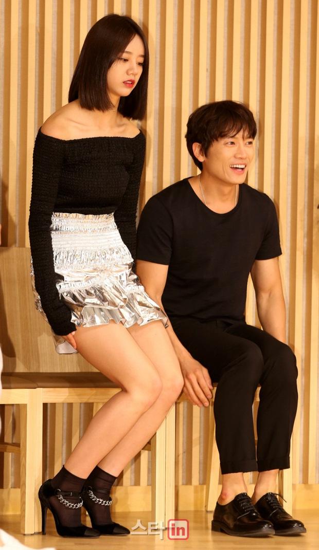 Sao đã kết hôn đứng cạnh đồng nghiệp khác giới: Lee Byung Hun tránh Suzy như tránh tà, Dương Mịch thả thính dàn trai đẹp - Ảnh 10.