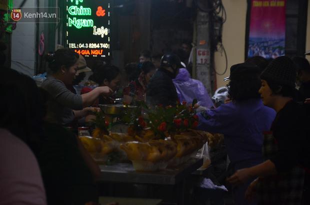 Chùm ảnh: Nửa triệu đồng bộ gà luộc xôi gấc, người Hà Nội chen chúc từ sáng sớm chờ mua cúng ông Công ông Táo - Ảnh 2.