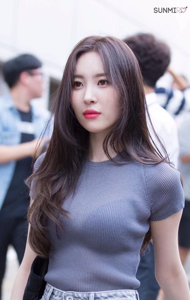 """Nhìn loạt idol và hot girl Hàn """"lách luật"""" để sexy mà không cần phô da thịt quá đà, nhiều nàng sẽ muốn nhích theo ngay - Ảnh 6."""