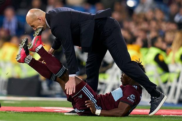 Ngày đen đủ đường của huyền thoại Zidane: Lĩnh cú đạp gầm giày từ cầu thủ đối phương vào mặt, dàn học trò toàn sao cũng bất lực trước đối thủ ngon ăn - Ảnh 2.
