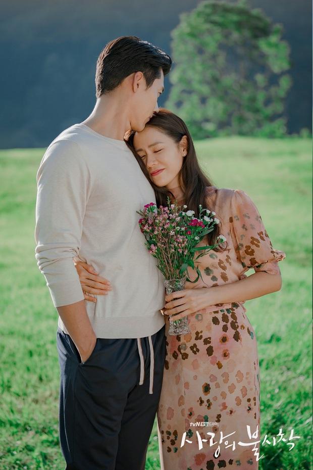 Nhìn qua thì đẹp, soi kỹ là chỉ muốn quỳ vì bộ ảnh của Hyun Bin - Son Ye Jin: Dây quần và lọ hoa, sao mà thấy tức á! - Ảnh 4.