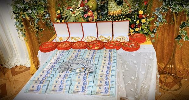 Chị nhà người ta trao sương sương 49 cây vàng và 2,5 tỷ làm của hồi môn cho em gái: Mất cả 40 phút để tặng khiến cô dâu chú rể cũng toát mồ hôi - Ảnh 4.
