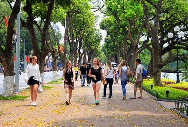 Khách du lịch đến Hà Nội bất ngờ tăng trở lại - Ảnh 1.