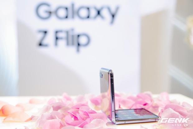Cảm giác gập của Galaxy Z Flip như thế nào? - Ảnh 2.