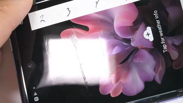 Samsung không nói dối: Màn hình Galaxy Z Flip thực sự làm từ kính, vì chỉ kính mới gãy được như thế này - Ảnh 1.
