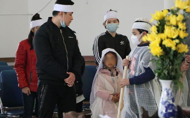 Vụ mẹ bế con ăn xin ở cầu Thanh Trì bị xe máy đâm: 7 năm ròng rã gia đình không hay biết - Ảnh 1.