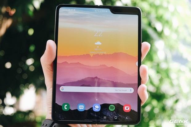 Samsung Galaxy Fold 2 sẽ có tên mã Champ, được tích hợp camera selfie ẩn dưới màn hình? - Ảnh 1.