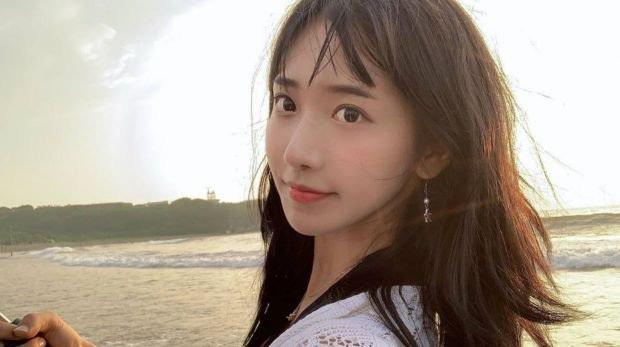 Quá tò mò, nữ streamer xinh đẹp xứ Hàn lỡ dại ăn phải thức ăn cho mèo - Ảnh 1.